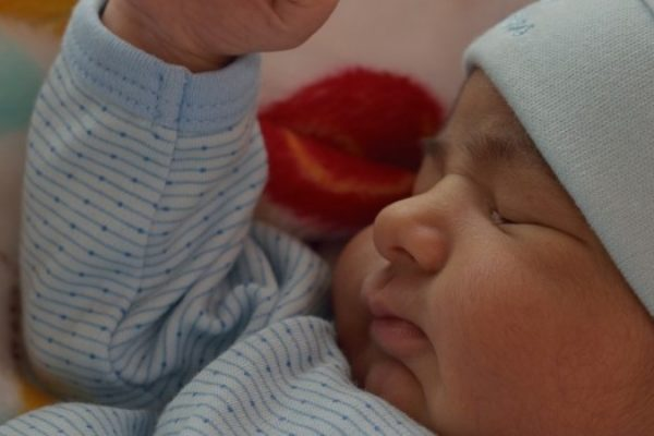 La lactancia materna acelera la maduración de la flora intestinal del bebé.