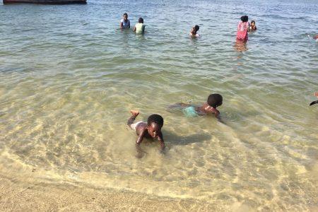 Niños nadando en el mar