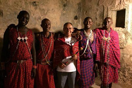 Hombres con ropajes de tribu