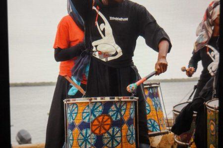 Mujer tocando el tambor