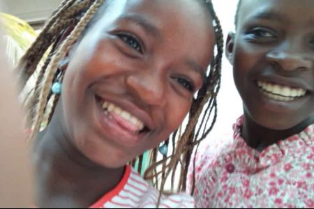 Niña y niño sonriendo