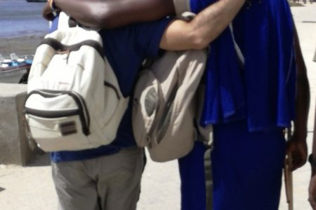 Chicos de espaldas con mochilas