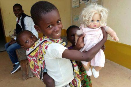 Niños con muñeca