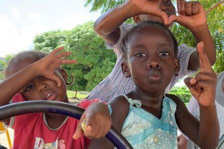 Niños haciendo gestos con las manos