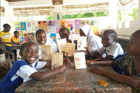 Niños enseñando un libro